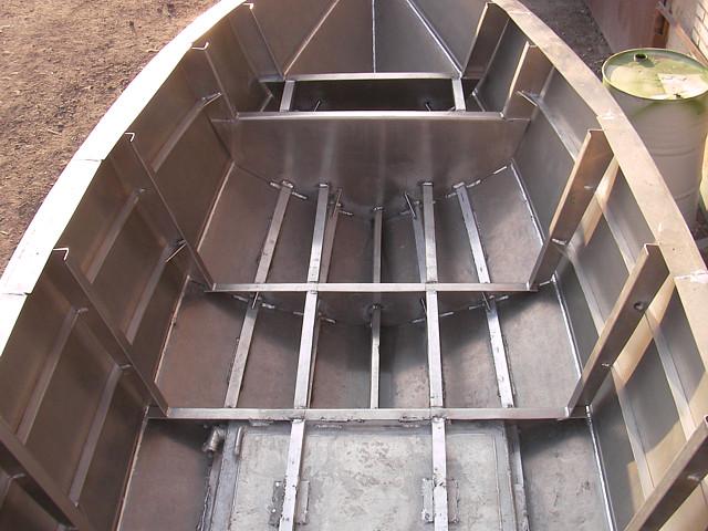 сборка алюминиевых лодок на стапеле